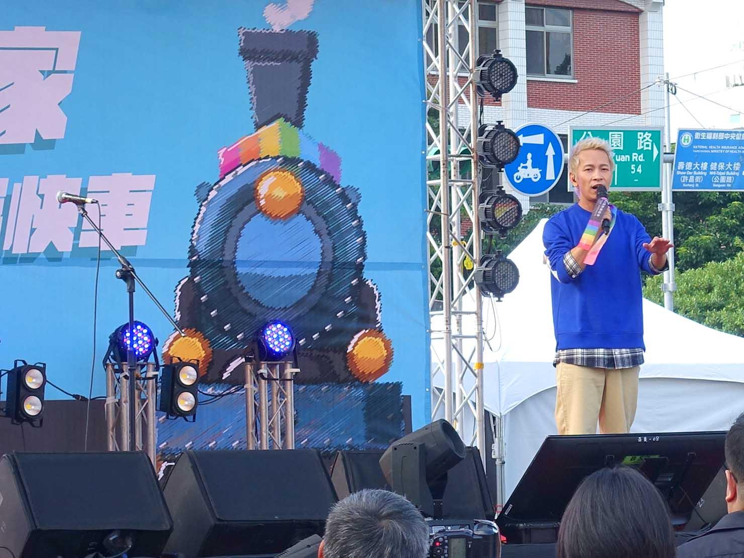台湾のLGBT音楽イベント『為愛返家音樂會』のステージに立つアーティスト・張智成さん