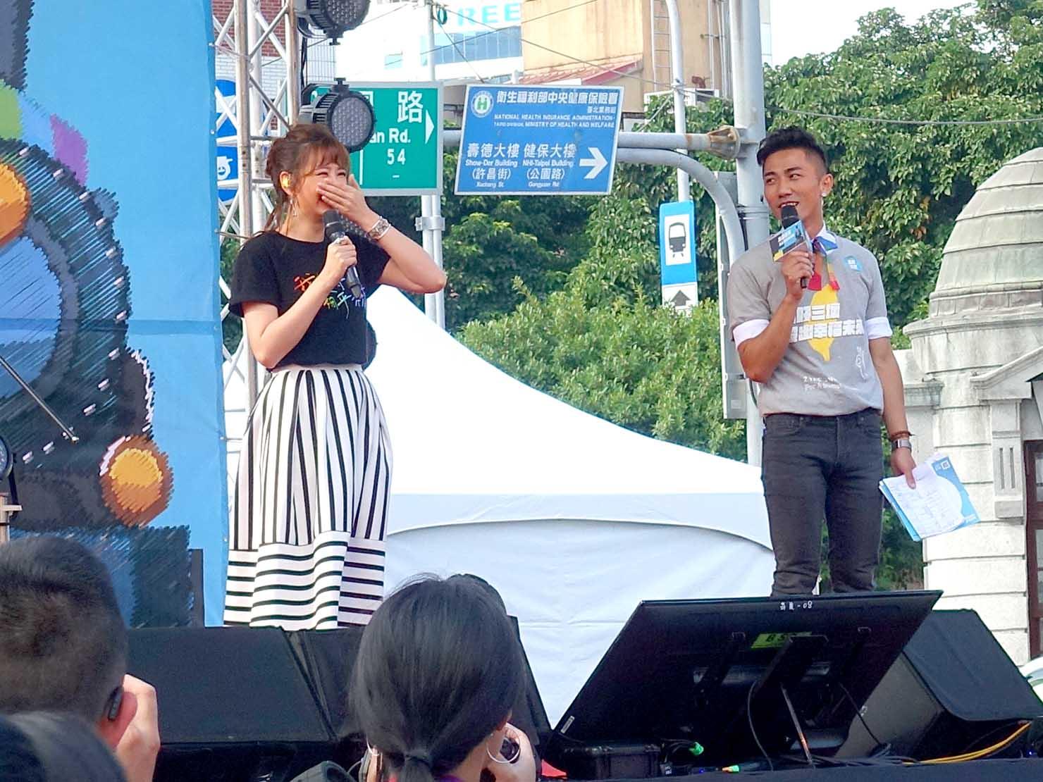 台湾のLGBT音楽イベント『為愛返家音樂會』のステージに立つアーティスト・安心亞さん