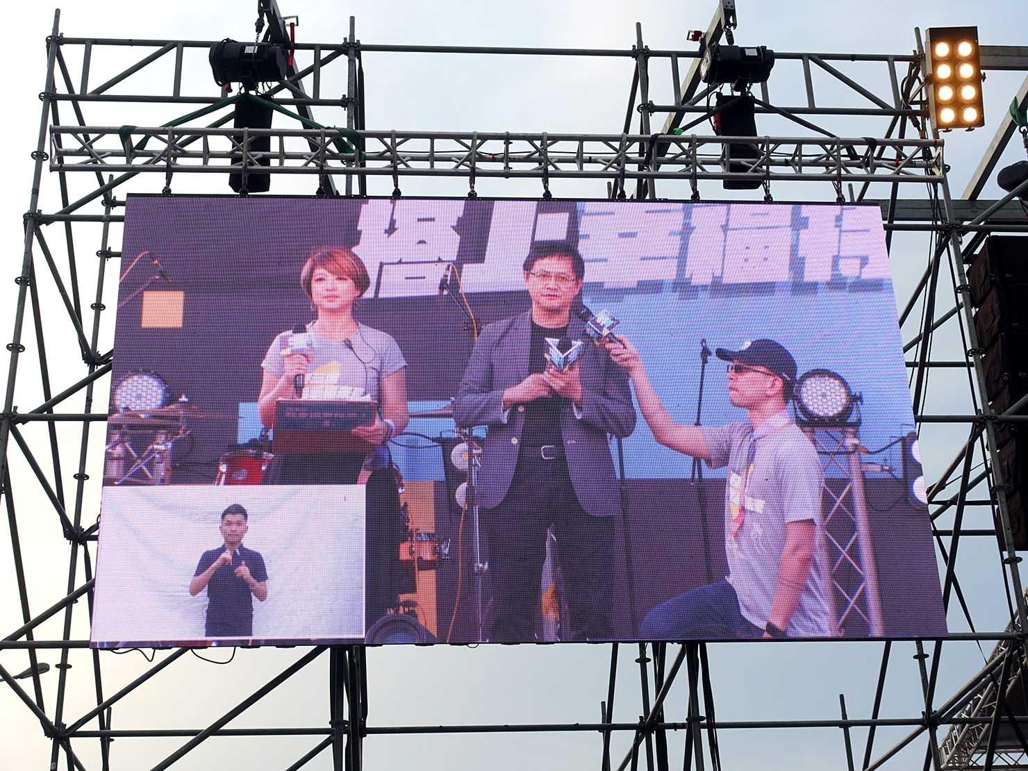 台湾のLGBT音楽イベント『為愛返家音樂會』会場のステージに立つ企業家・童子賢さん