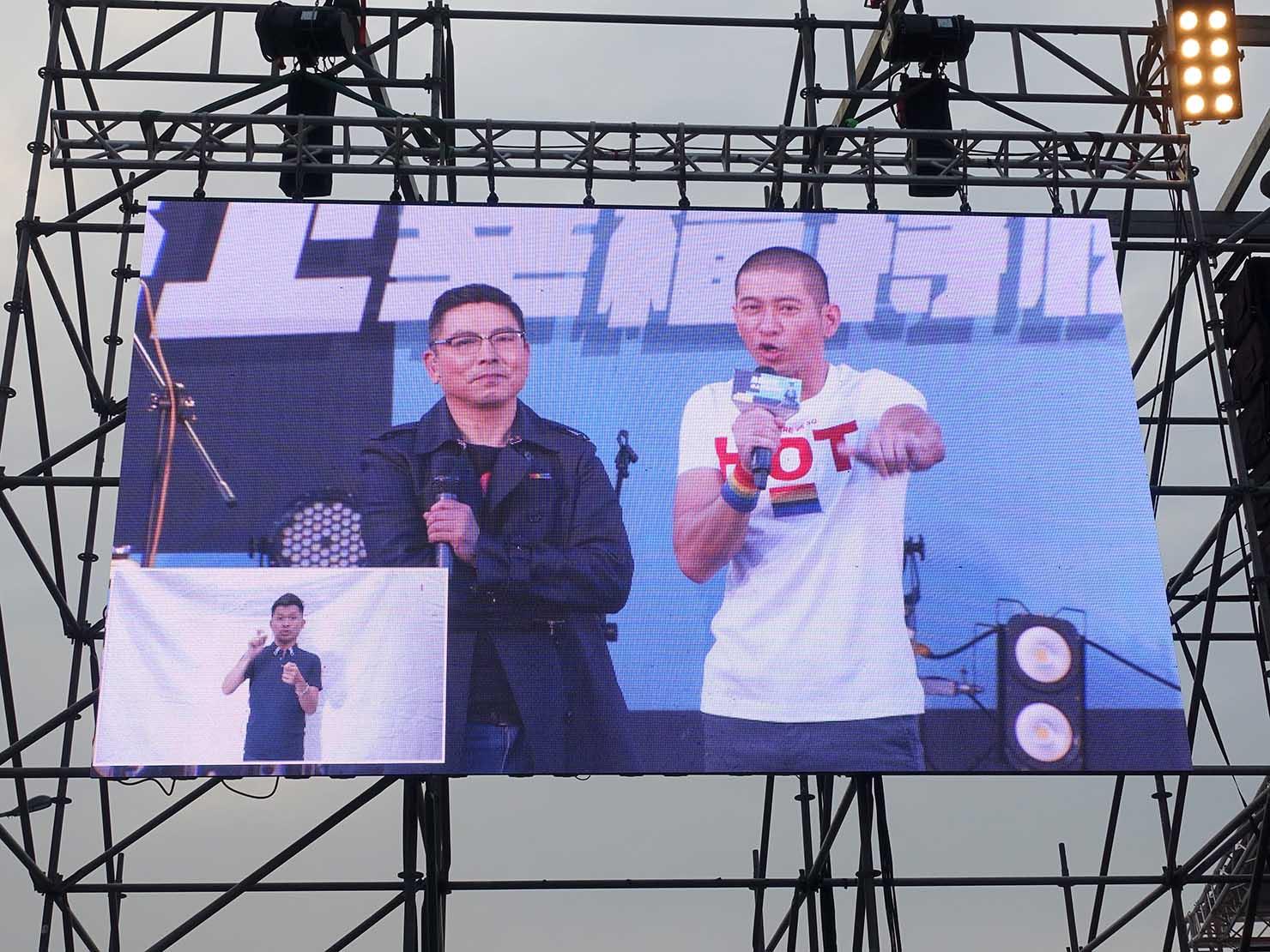 台湾のLGBT音楽イベント『為愛返家音樂會』会場のステージに立つ有名公民科教師・黃益中さん