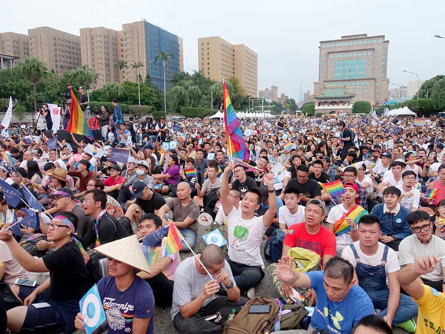 台湾のLGBT音楽イベント『為愛返家音樂會』会場で声援を送る参加者たち