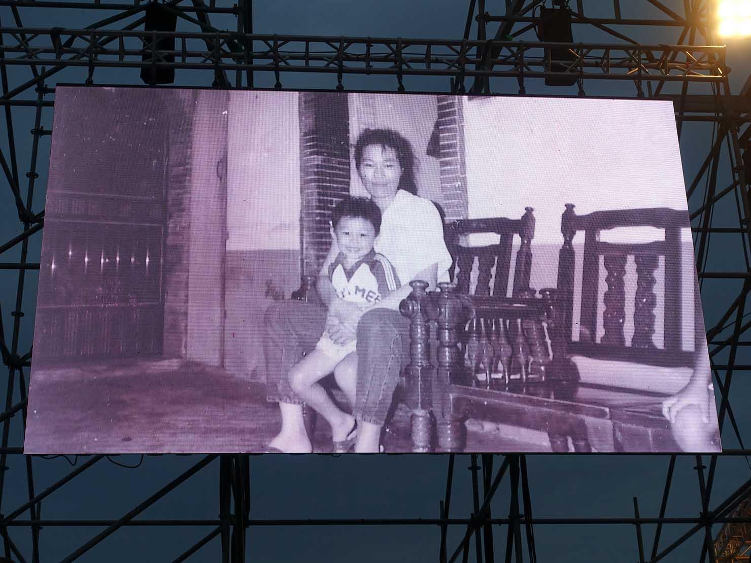 台湾のLGBT音楽イベント『為愛返家音樂會』会場のモニターに表示される葉永鋕さんとその母親
