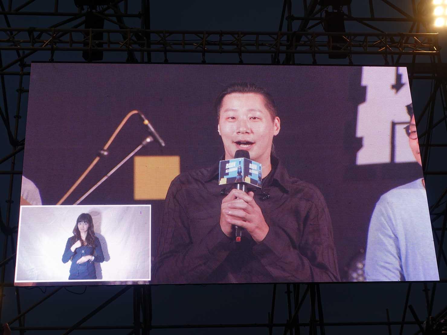 台湾のLGBT音楽イベント『為愛返家音樂會』のステージに立つ立法委員・林昶佐さん