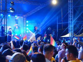 台湾のLGBT音楽イベント『為愛返家音樂會』夜のステージ前