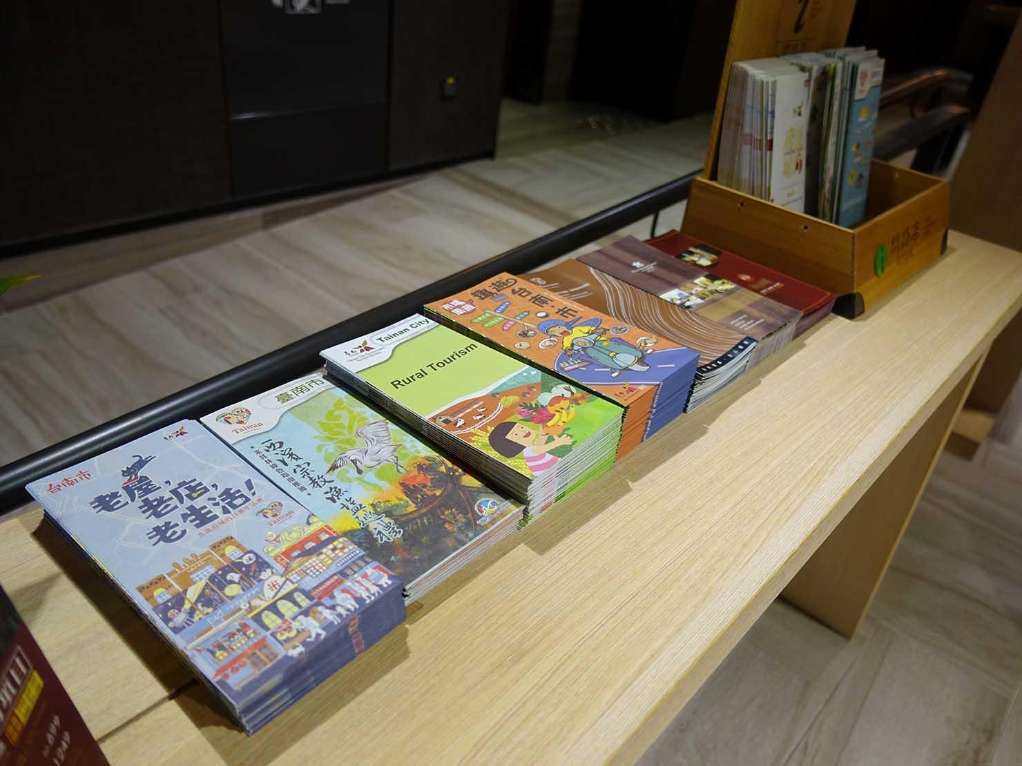 台南市内観光におすすめのホテル「長悅旅棧」ロビーに置かれた観光案内
