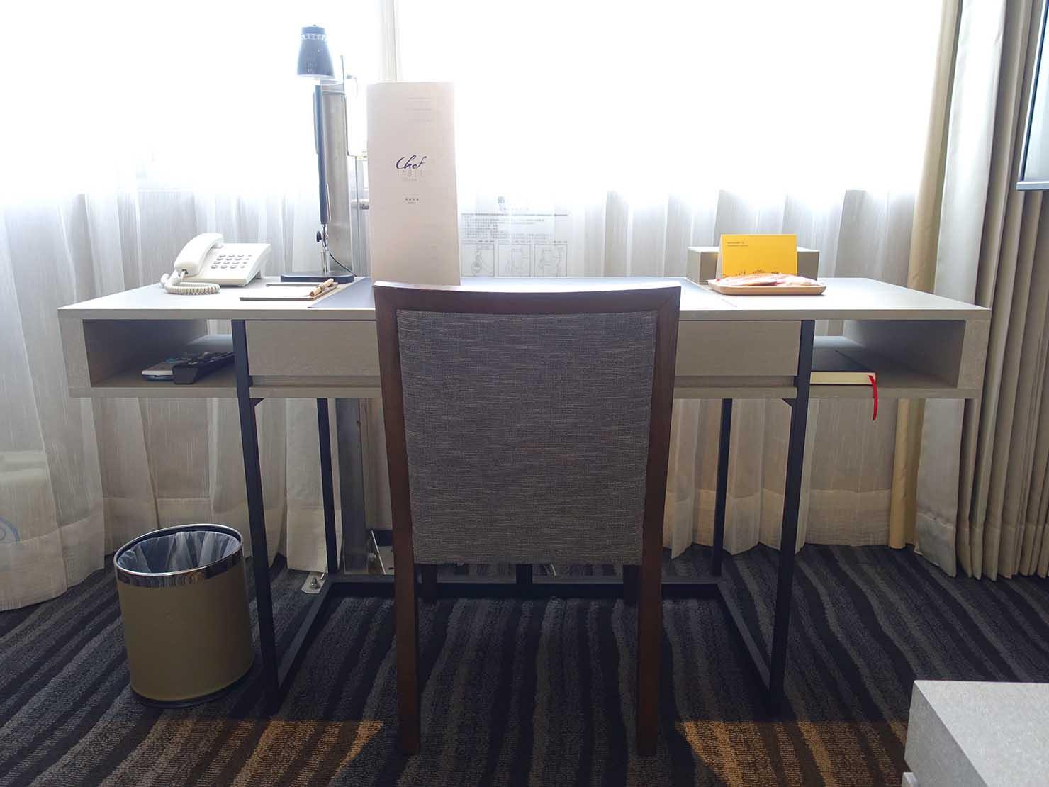 台南市内観光におすすめのホテル「長悅旅棧」長悅經典客房(クラシカルルーム)のテーブル