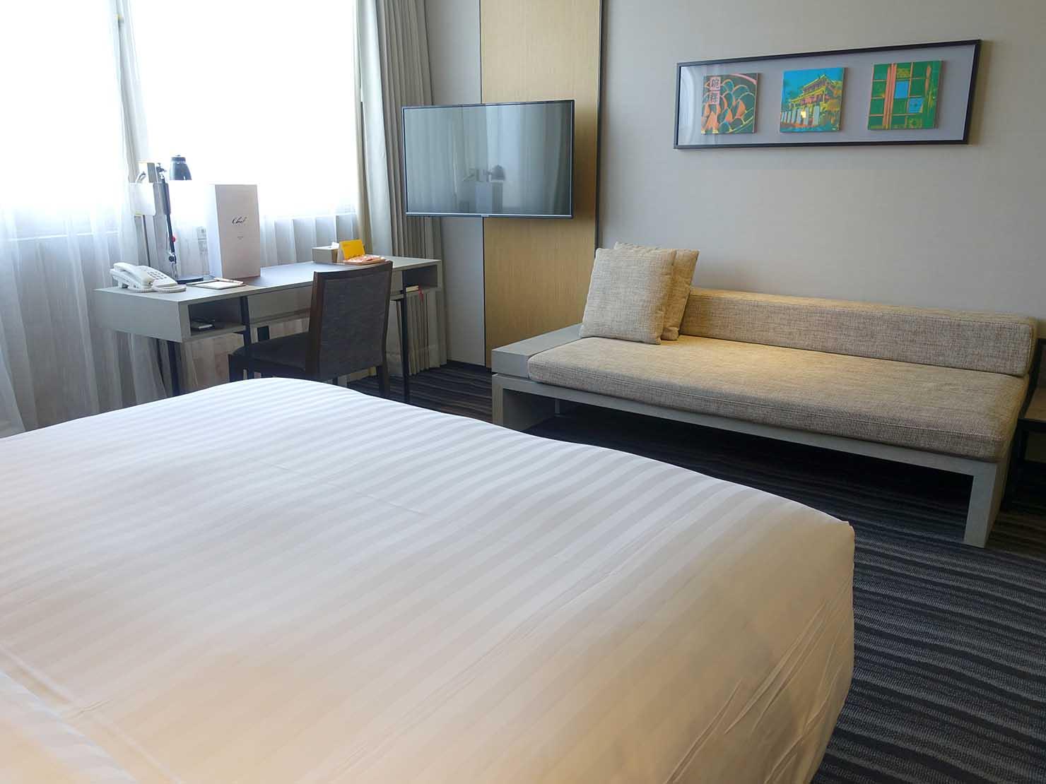 台南市内観光におすすめのホテル「長悅旅棧」バスルーム側から見た長悅經典客房(クラシカルルーム)