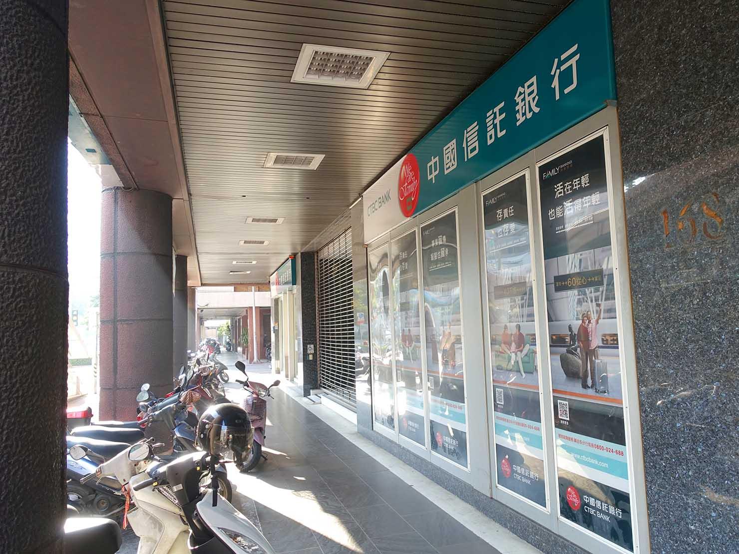 高雄MRT市議會駅横の中國信託銀行