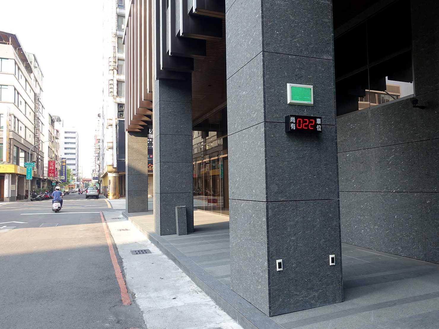 高雄・文武一街の角にある「GREET INN 喜迎旅店」