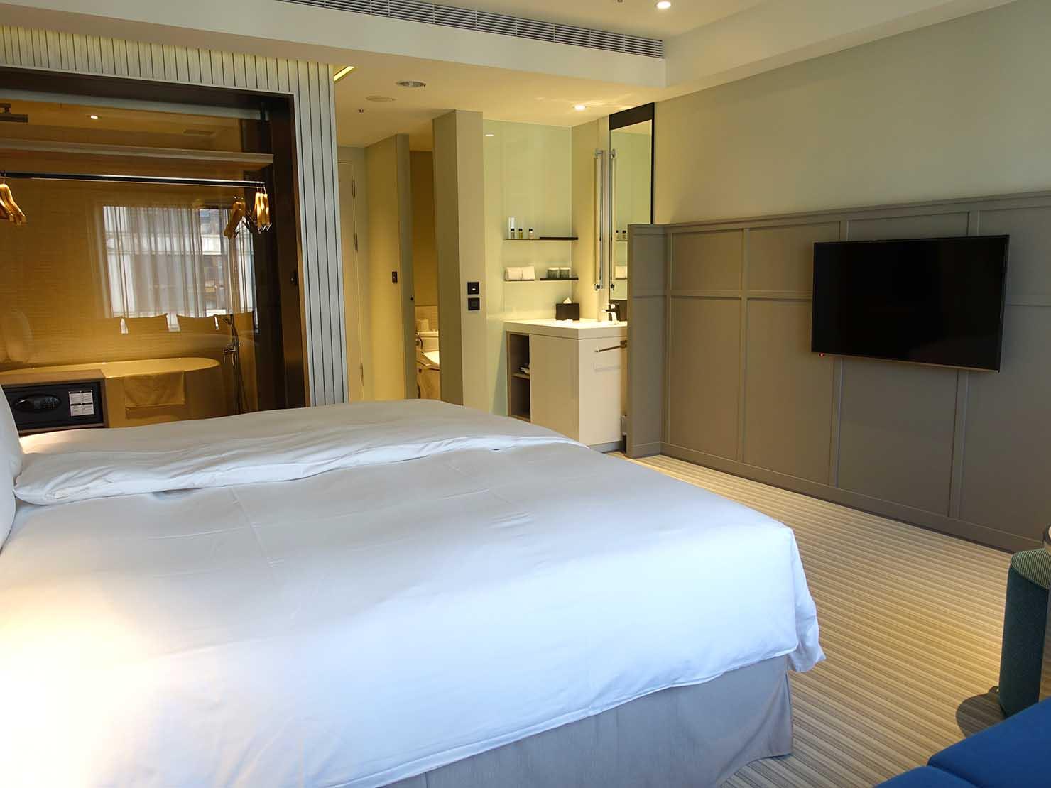 高雄市内観光におすすめのホテル「GREET INN 喜迎旅店」の豪華雙人房(デラックスダブル)の窓側から見るベッドルーム