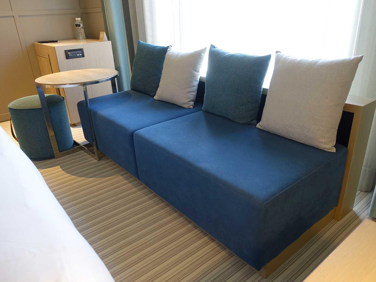 高雄市内観光におすすめのホテル「GREET INN 喜迎旅店」の豪華雙人房(デラックスダブル)のソファ