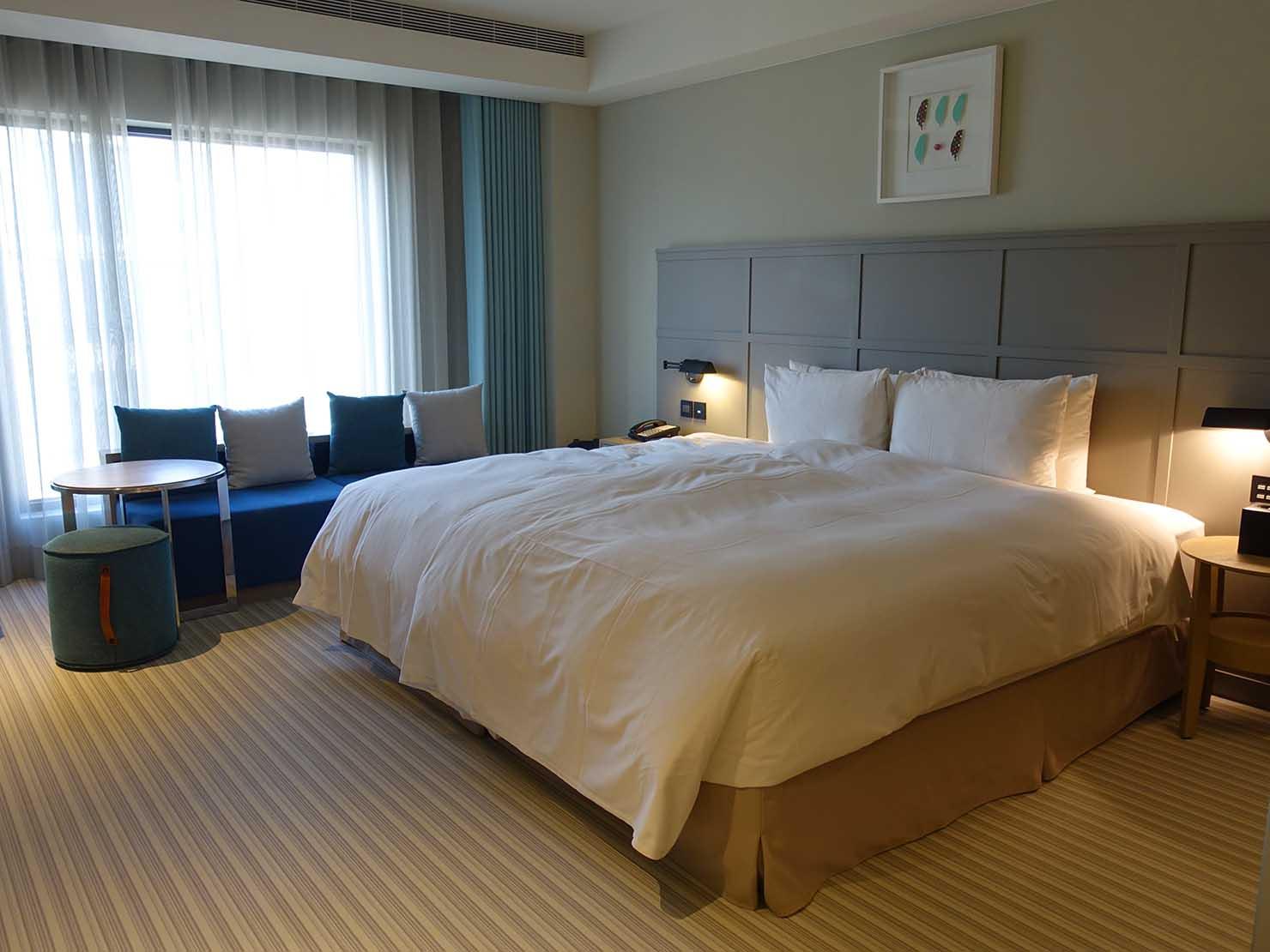 高雄市内観光におすすめのホテル「GREET INN 喜迎旅店」の豪華雙人房(デラックスダブル)の玄関側から見るベッドルーム