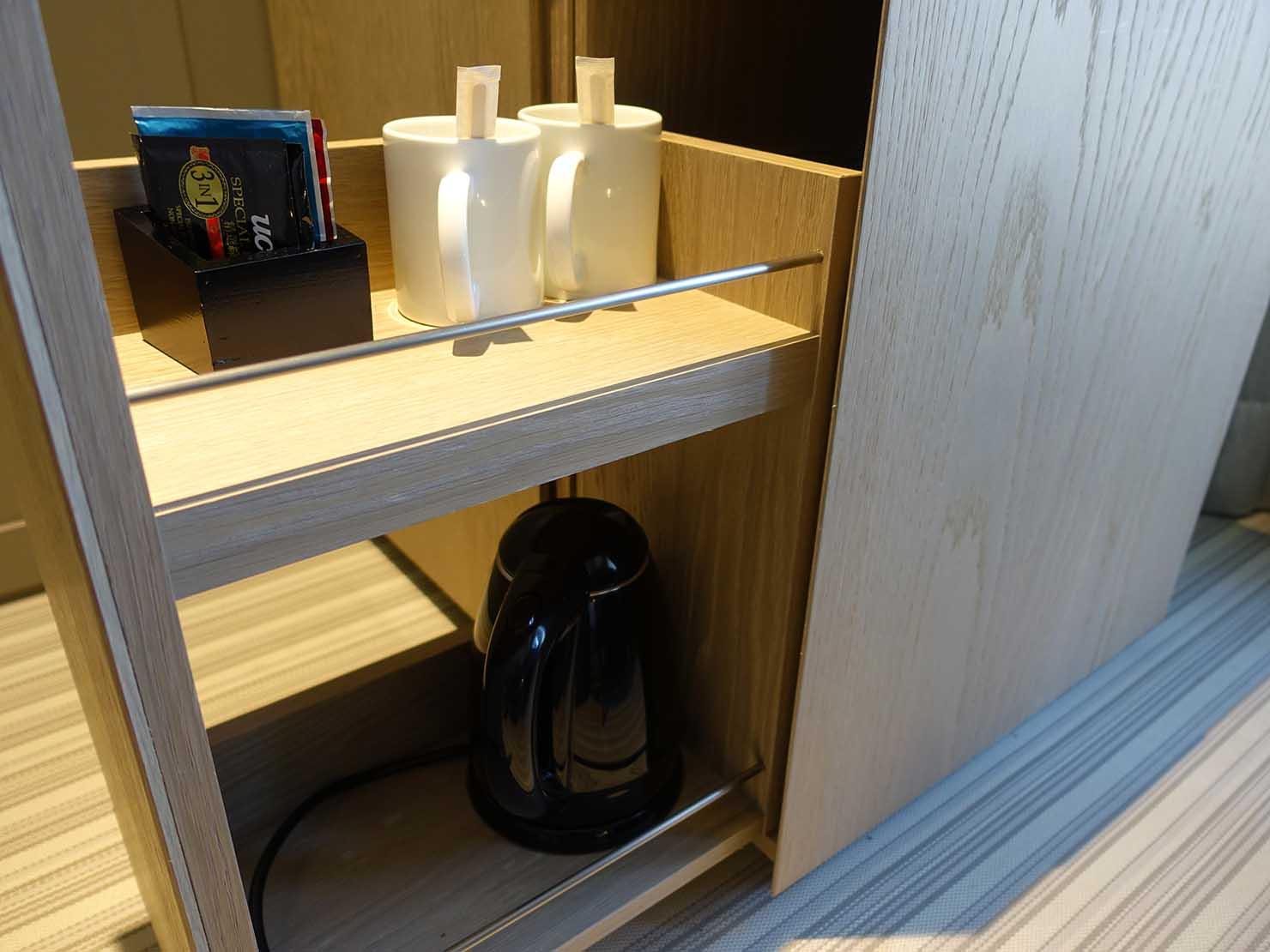 高雄市内観光におすすめのホテル「GREET INN 喜迎旅店」の豪華雙人房(デラックスダブル)の食器棚