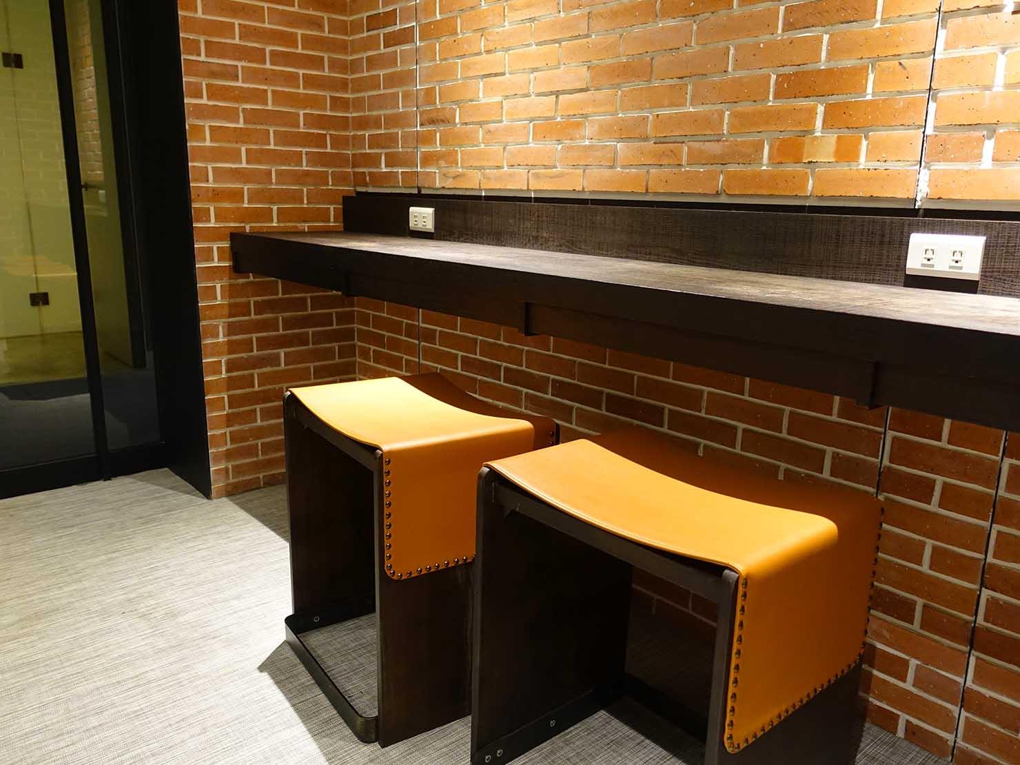 DSC00788-min高雄市内観光におすすめのホテル「GREET INN 喜迎旅店」の豪華雙人房(デラックスダブル)15Fランドリールームのテーブル