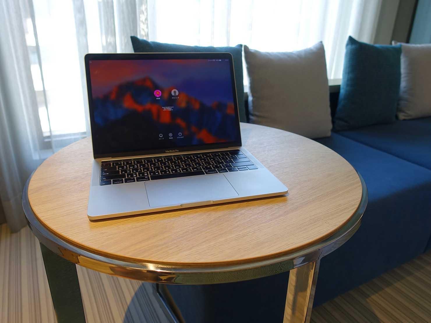 高雄市内観光におすすめのホテル「GREET INN 喜迎旅店」の豪華雙人房(デラックスダブル)のテーブル