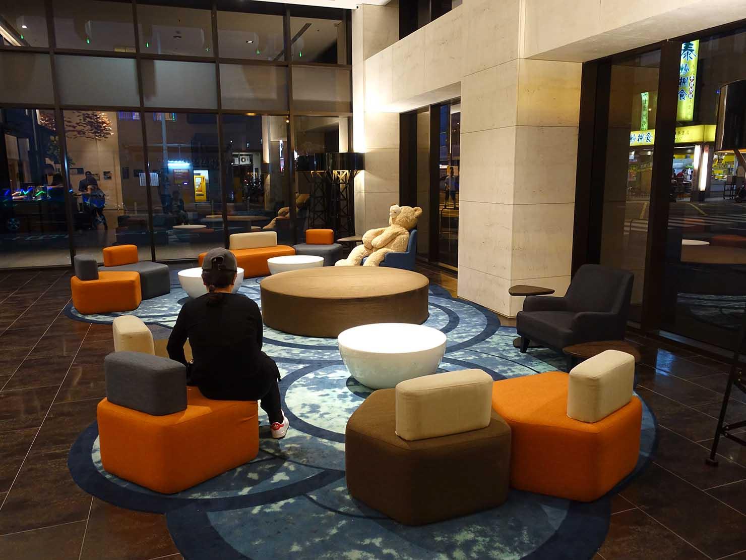 高雄市内観光におすすめのホテル「GREET INN 喜迎旅店」ロビーのソファ