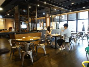 高雄市内観光におすすめのホテル「GREET INN 喜迎旅店」2Fレストランの店内