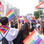 高雄同志大遊行(高雄プライド)2018のパレードでレインボーフラッグを参加者たち