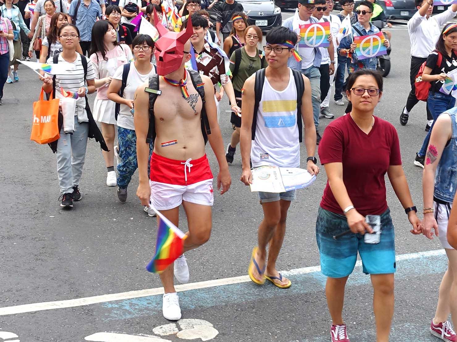 高雄同志大遊行(高雄プライド)2018のパレードをコスプレで歩く参加者
