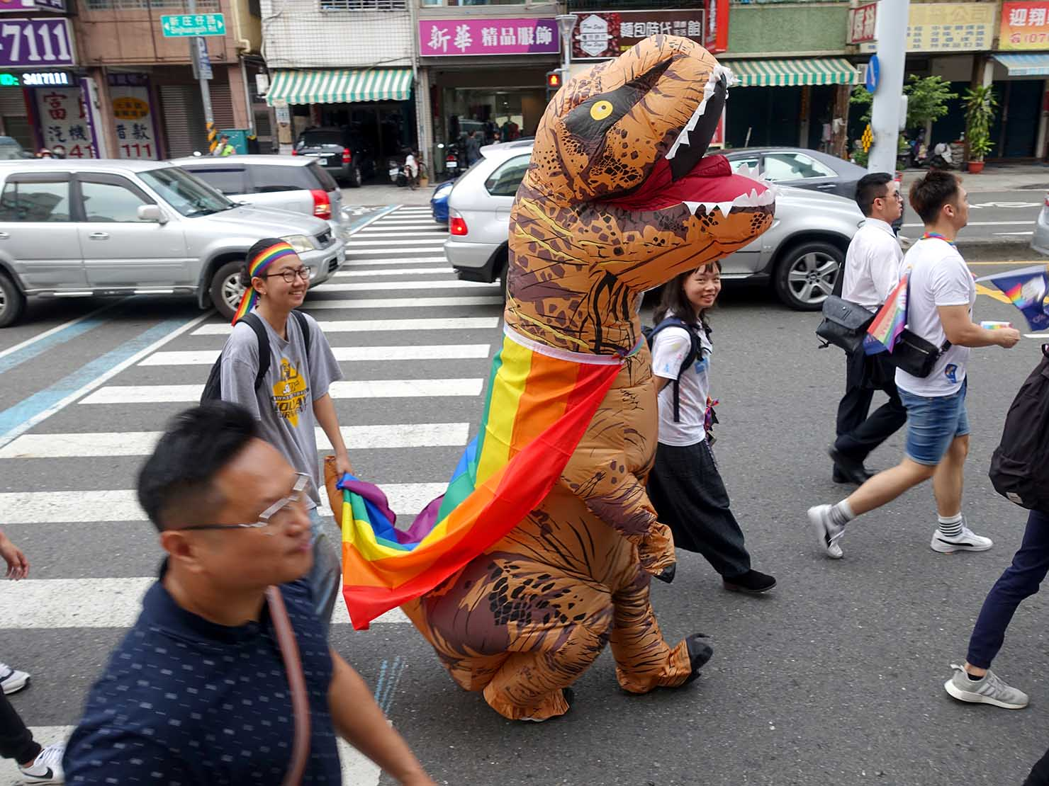 高雄同志大遊行(高雄プライド)2018パレードを恐竜姿で歩く参加者