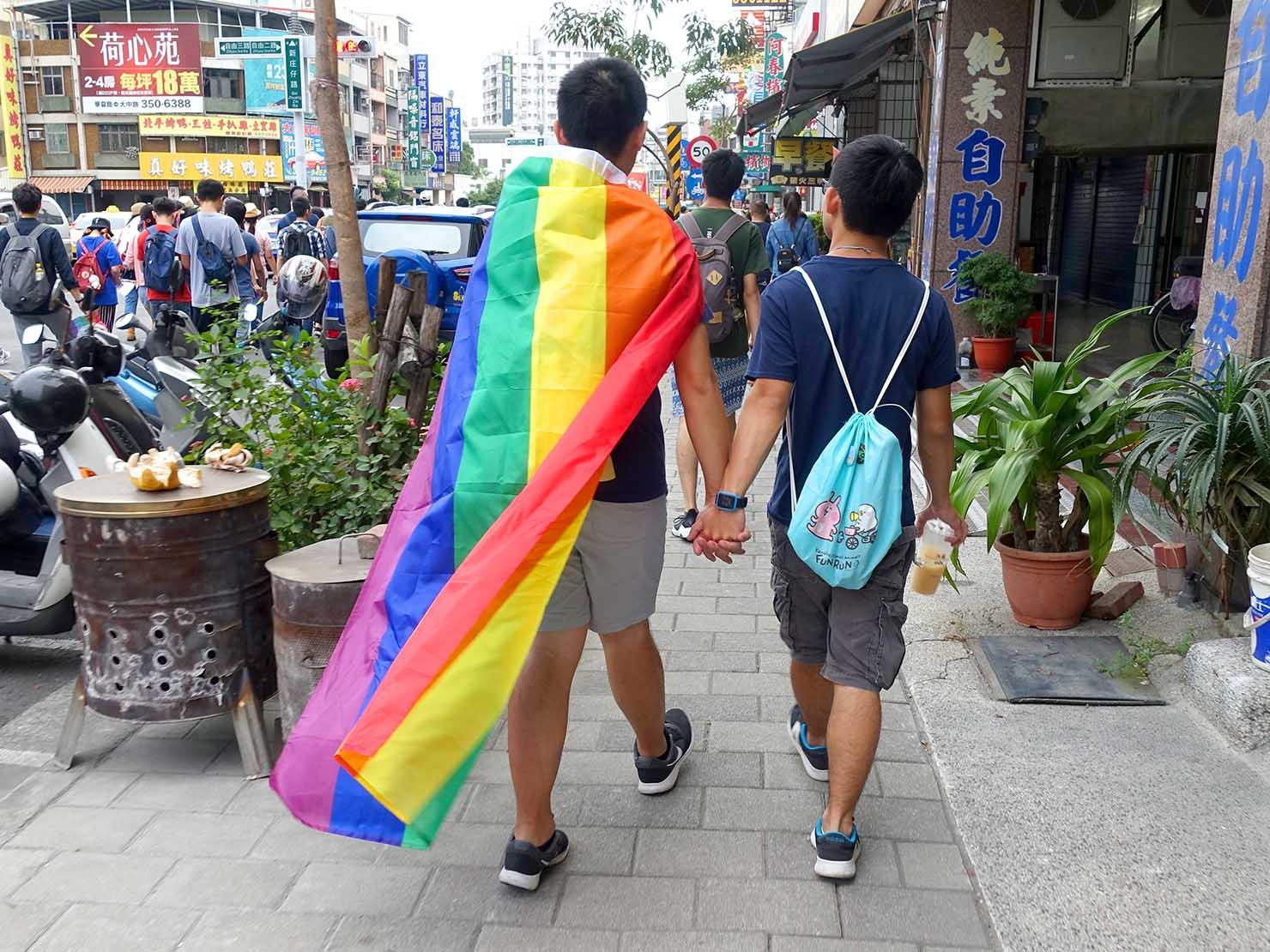高雄同志大遊行(高雄プライド)2018パレードを手を繋いで歩くカップル