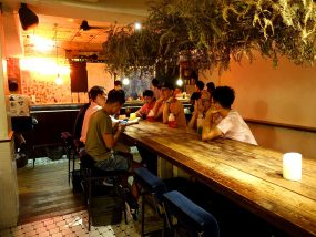 台北・國父紀念館近くのLGBTフレンドリーなビストロ「Fairy Taipei」のテーブル席