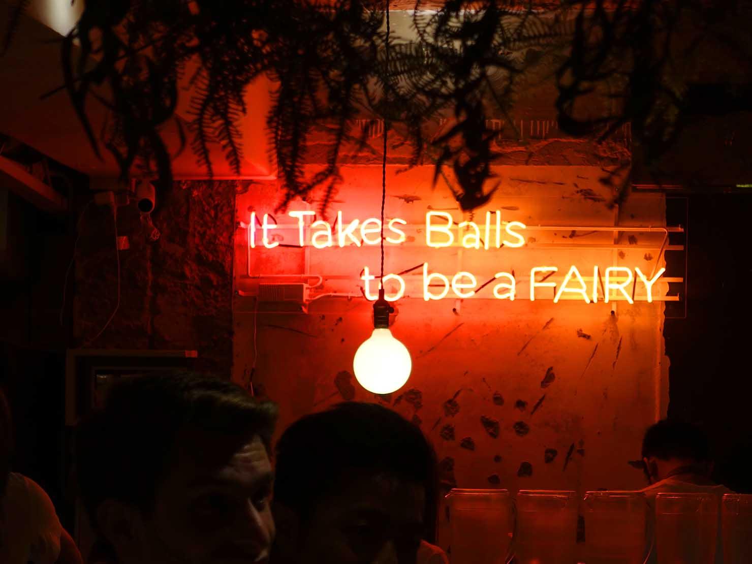 台北・國父紀念館近くのLGBTフレンドリーなビストロ「Fairy Taipei」店内のネオン
