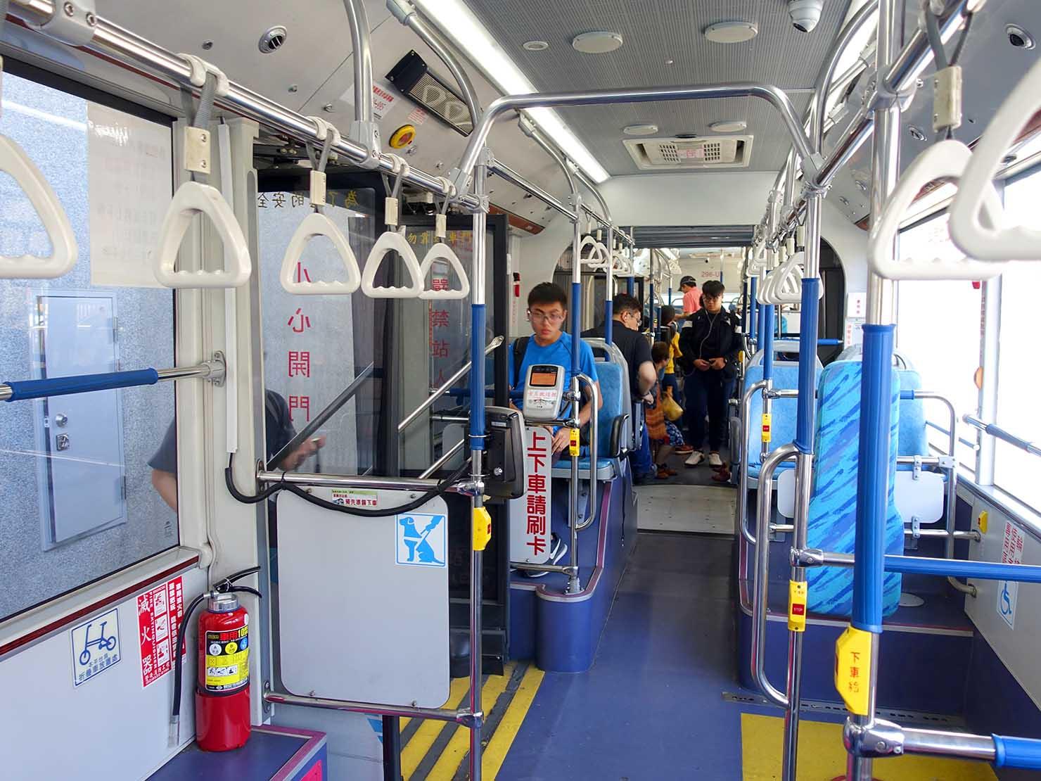 台中のバス車内