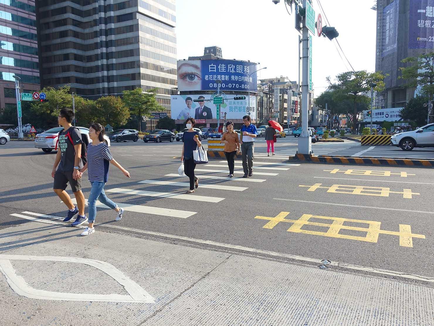 台中のバス停「忠明國小」前の横断歩道