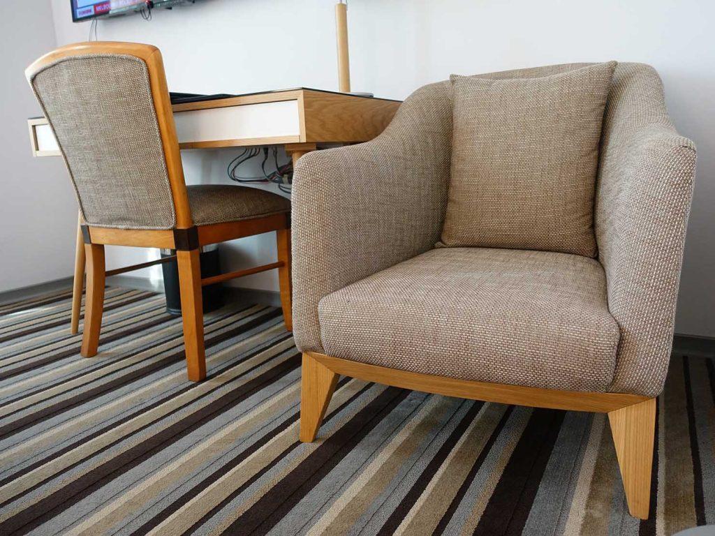 台中のおすすめホテル「卡爾登飯店 The Carlton」デラックスダブルルームのソファ