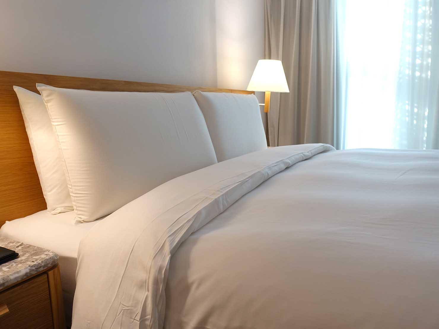 台中のおすすめホテル「卡爾登飯店 The Carlton」デラックスダブルルームのダブルベッド