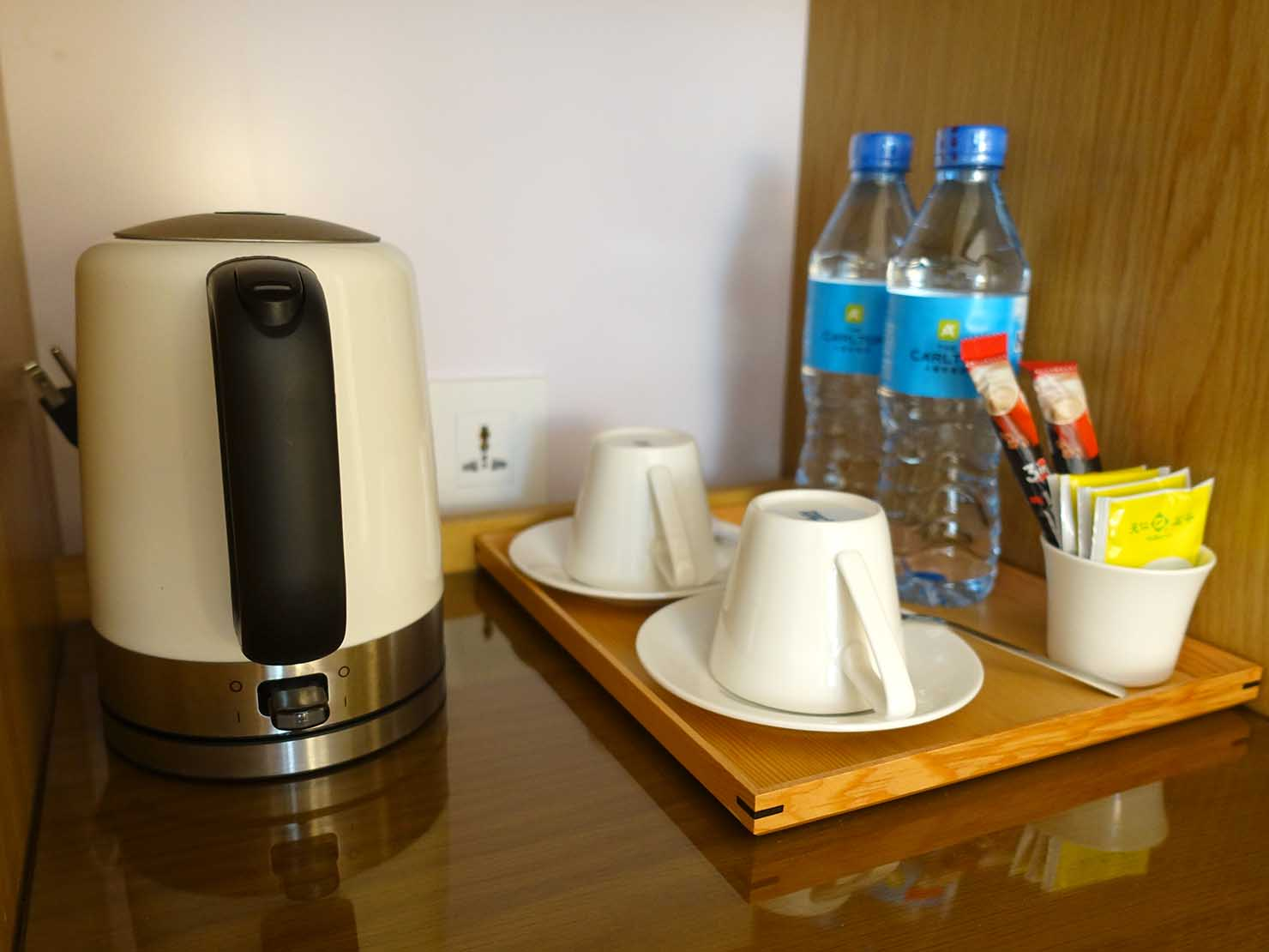 台中のおすすめホテル「卡爾登飯店 The Carlton」デラックスダブルルームのポットとティーバッグ
