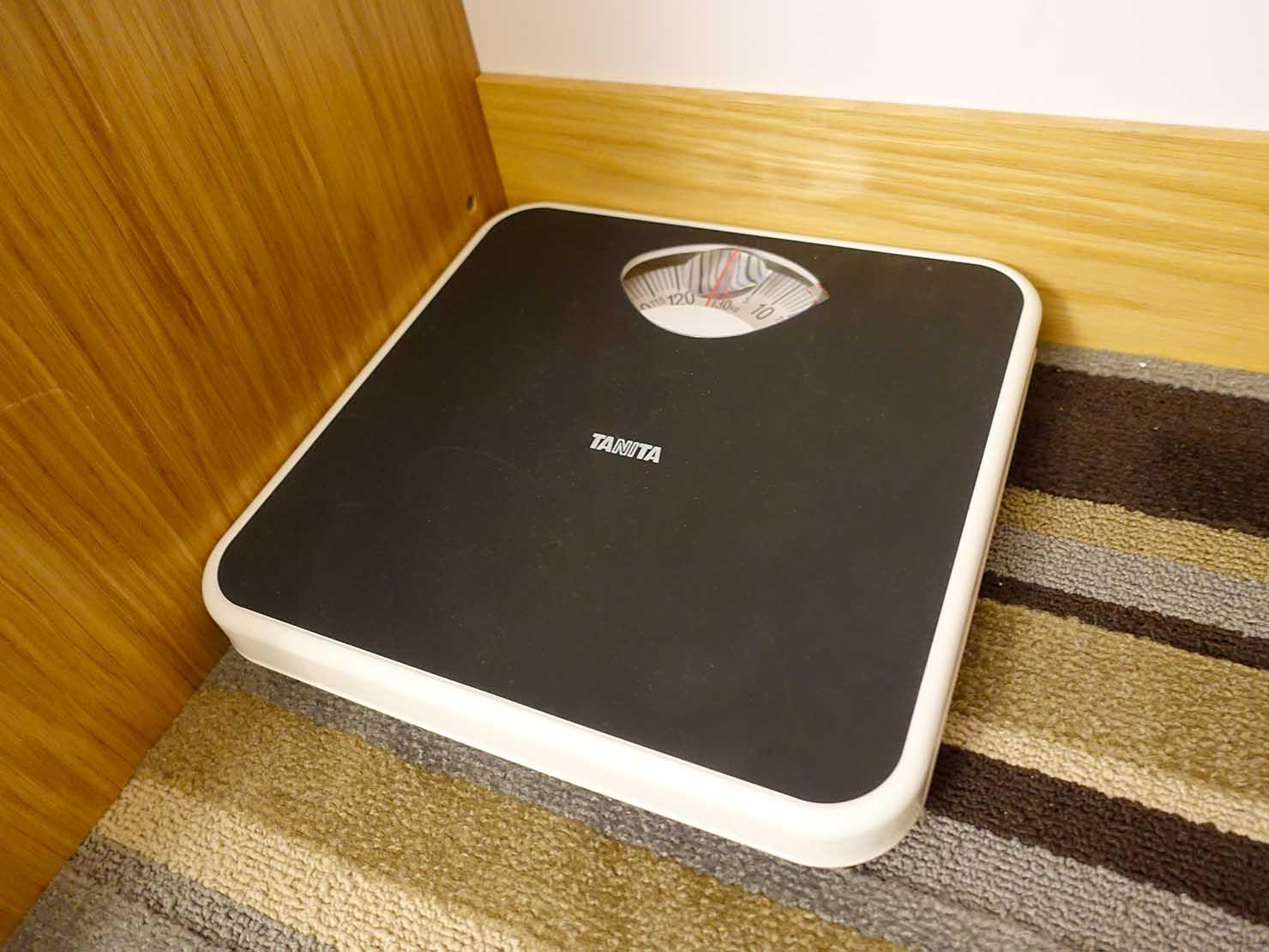 台中のおすすめホテル「卡爾登飯店 The Carlton」デラックスダブルルームの体重計