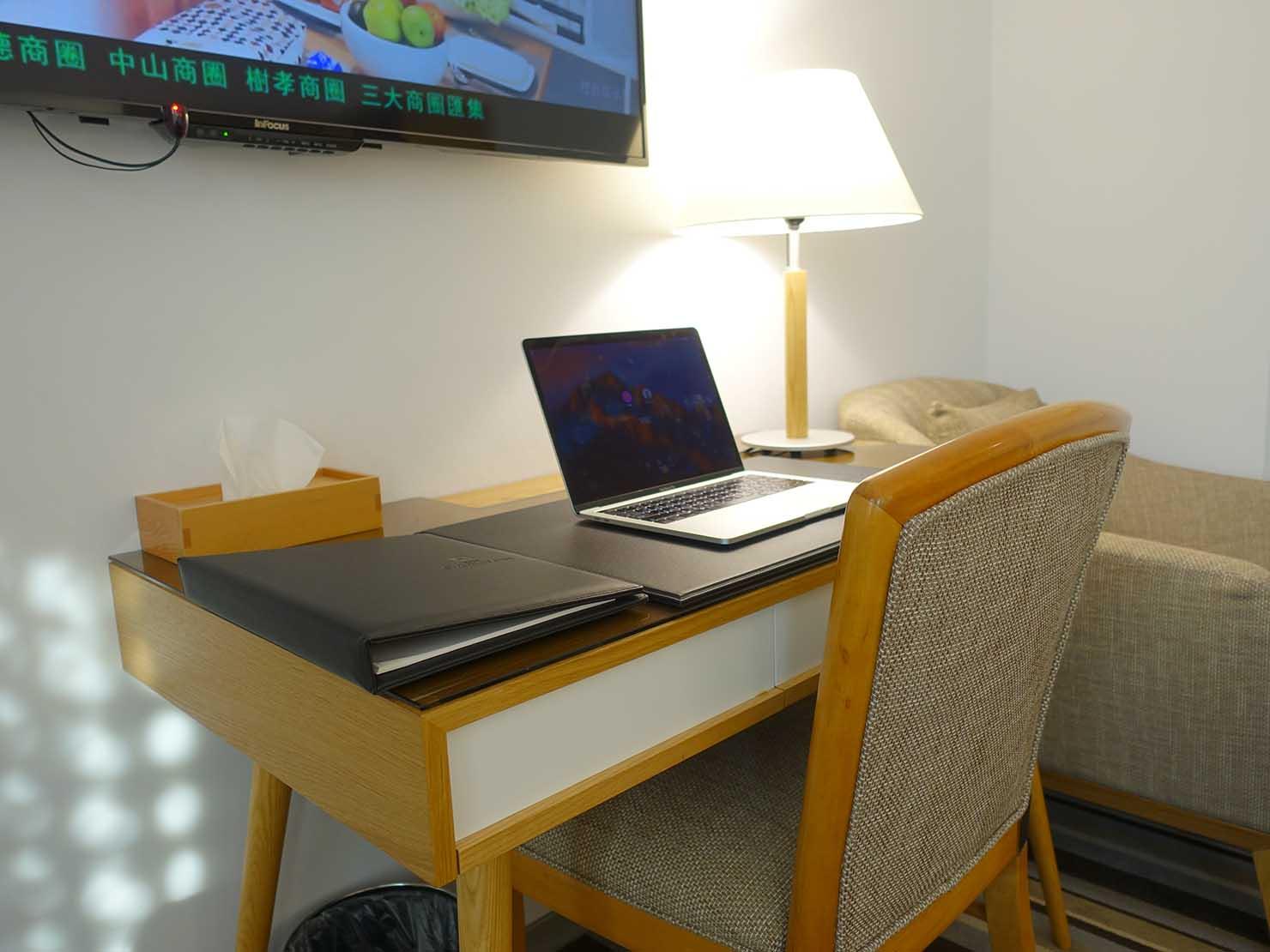 台中のおすすめホテル「卡爾登飯店 The Carlton」デラックスダブルルームのテーブル