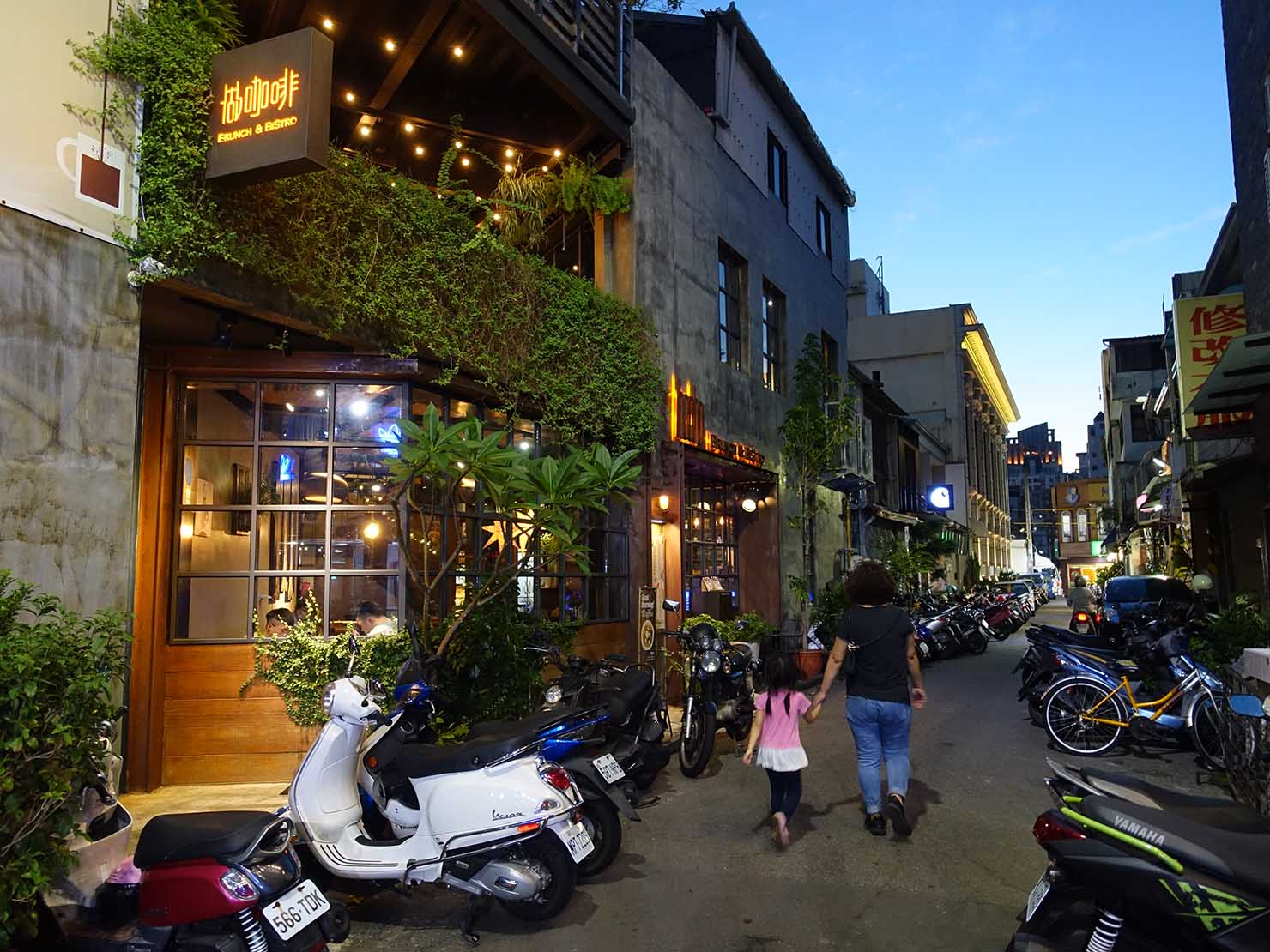 台中観光のおすすめスポット「勤美誠品綠園道」の脇道