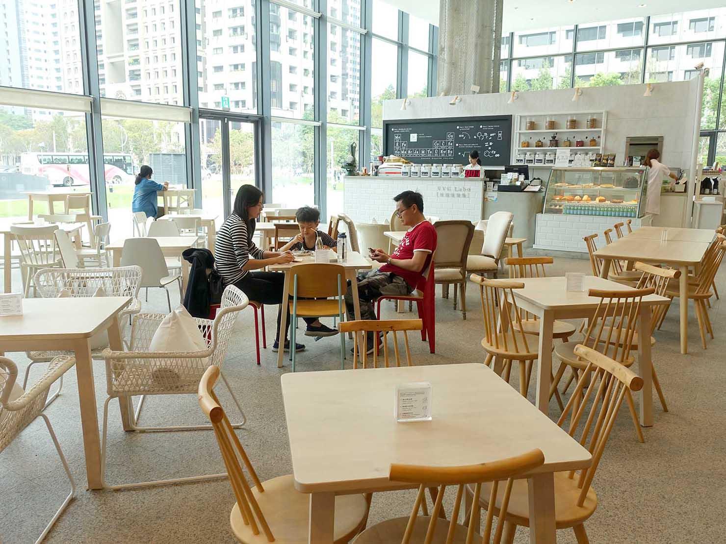台中観光のおすすめスポット「台中歌劇院」内にあるカフェ
