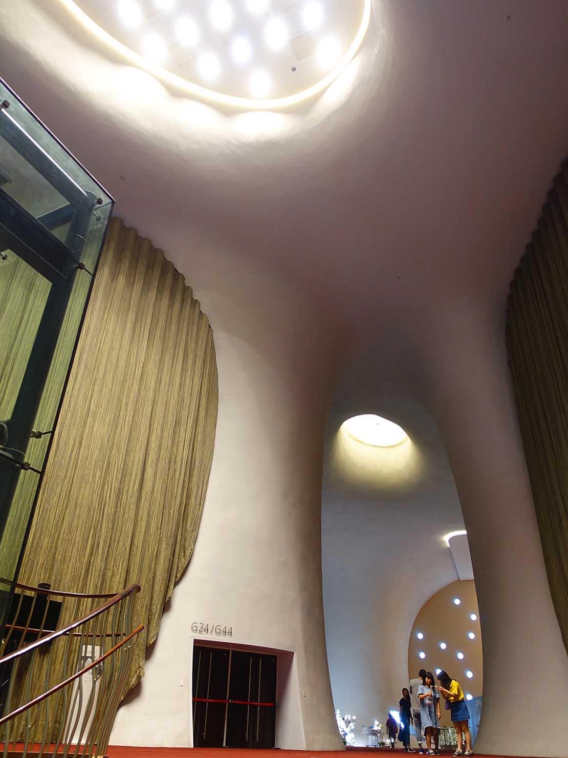 台中観光のおすすめスポット「台中歌劇院」コンサートホールのエントランス