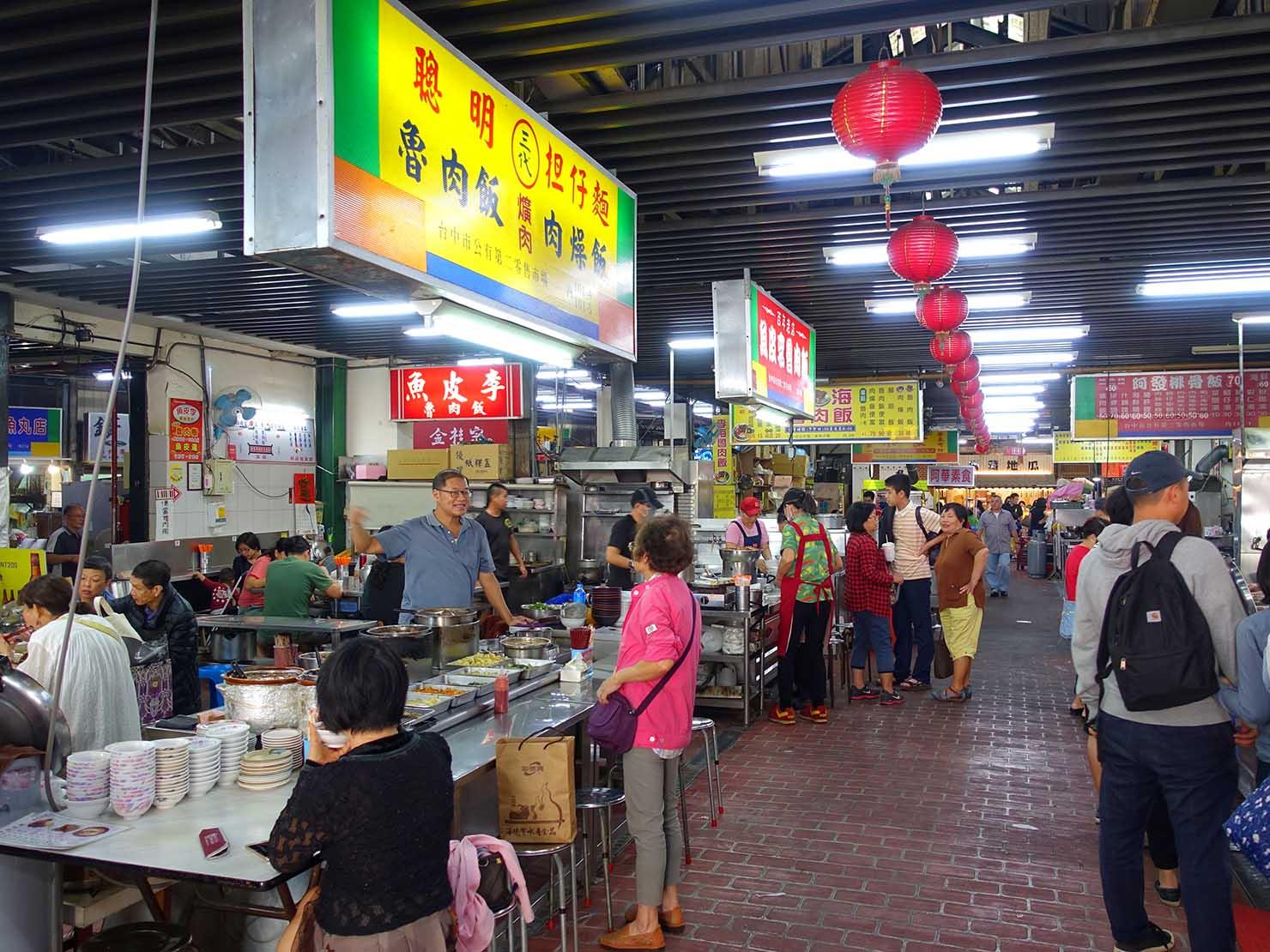 台中観光のおすすめスポット「第二市場」に並ぶグルメ店
