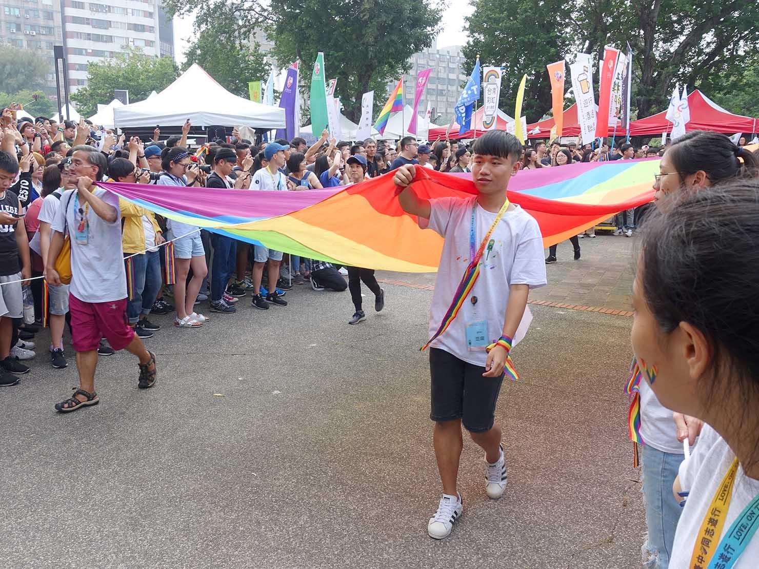台中同志遊行(台中LGBTプライド)2018パレードに出発する巨大レインボーフラッグ
