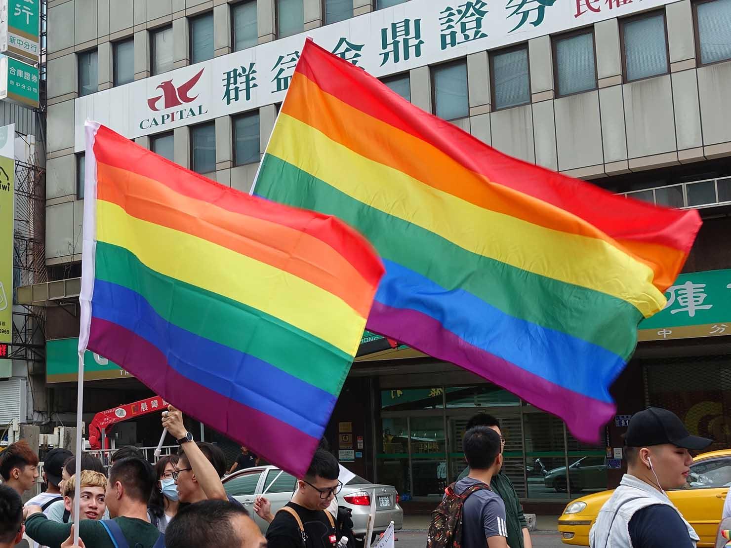 台中同志遊行(台中LGBTプライド)2018パレードで掲げられるレインボーフラッグ