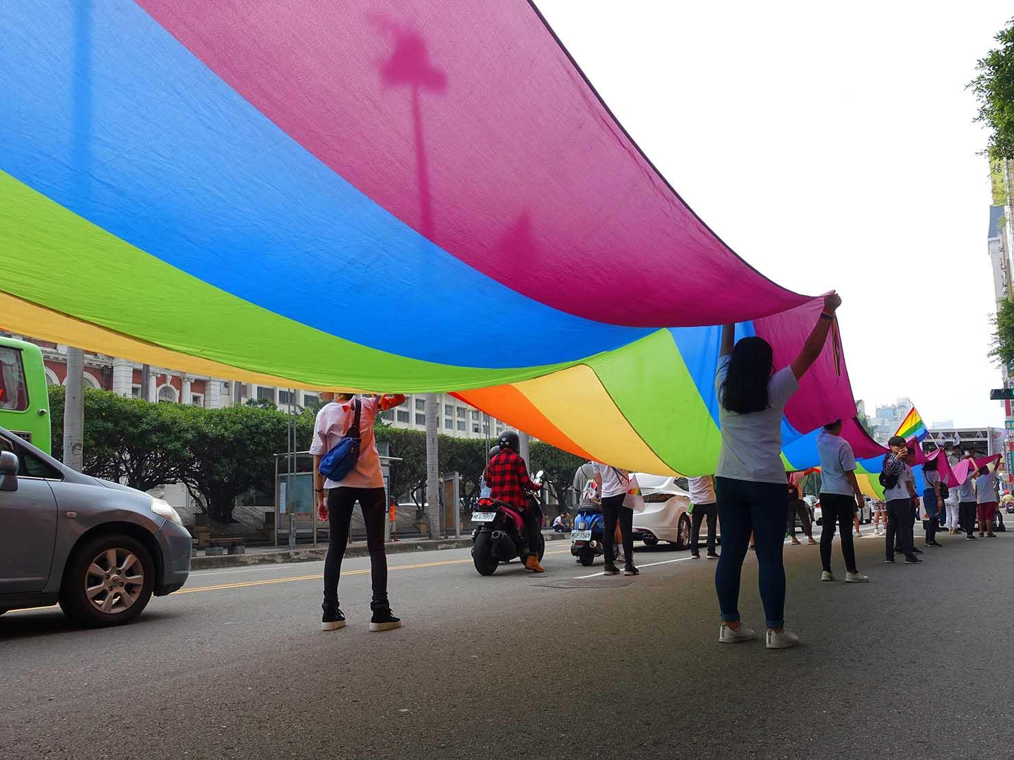 台中同志遊行(台中LGBTプライド)2018パレードを先導する巨大レインボーフラッグを下から