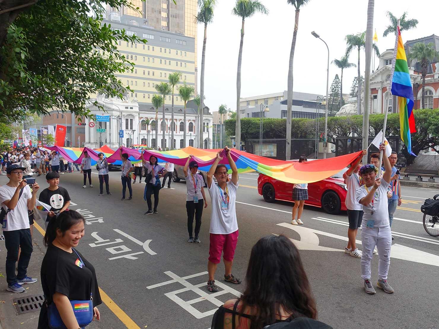 台中同志遊行(台中LGBTプライド)2018パレードを先導する巨大レインボーフラッグ