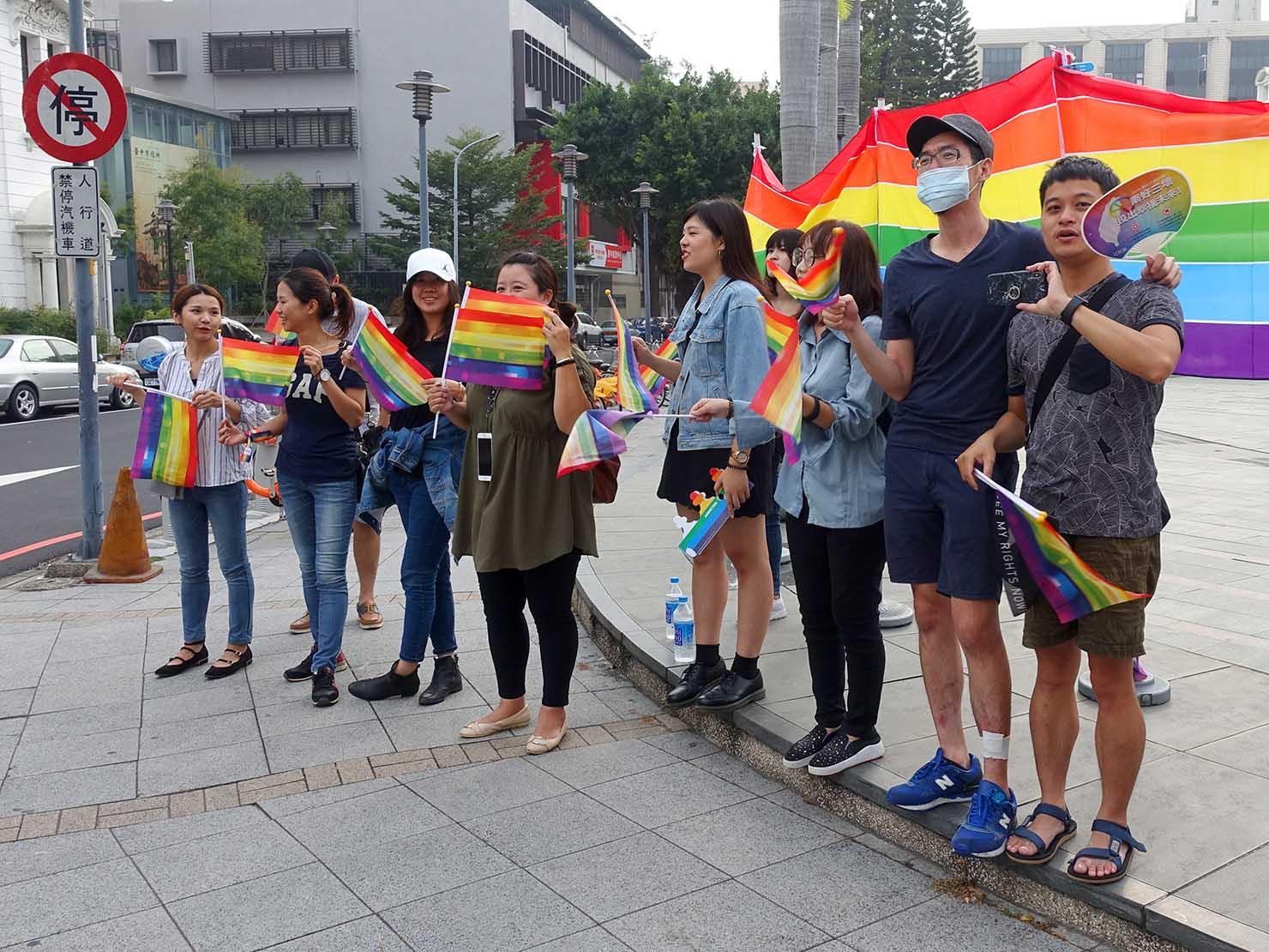台中同志遊行(台中LGBTプライド)2018パレードの沿道からエールを送る参加者