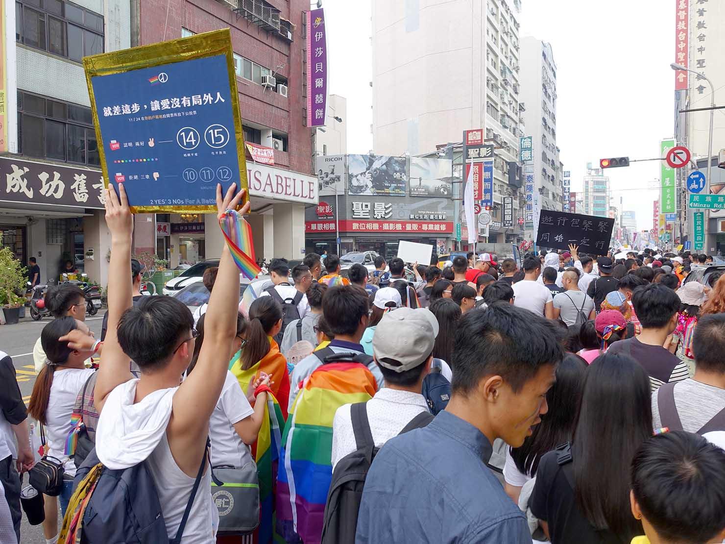 台中同志遊行(台中LGBTプライド)2018パレードでプラカードを掲げて歩くパレード隊列