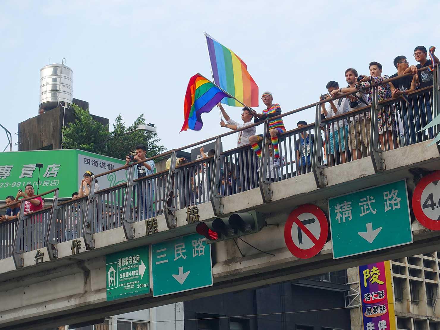 台中同志遊行(台中LGBTプライド)2018パレードを歩道橋から応援する祁家威氏