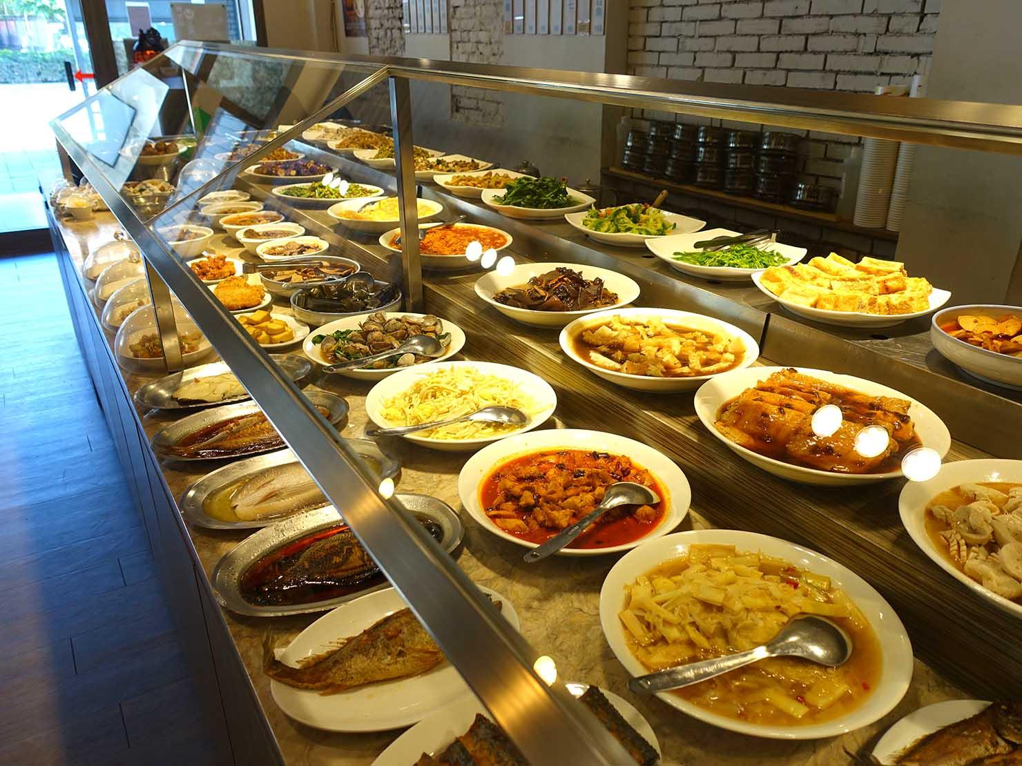 台北・清粥街(お粥街)にある「一流清粥小菜」の料理が並ぶカウンター