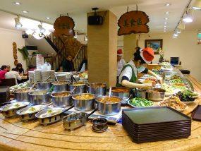 台北・清粥街(お粥街)にある「小李子清粥小菜」のカウンター