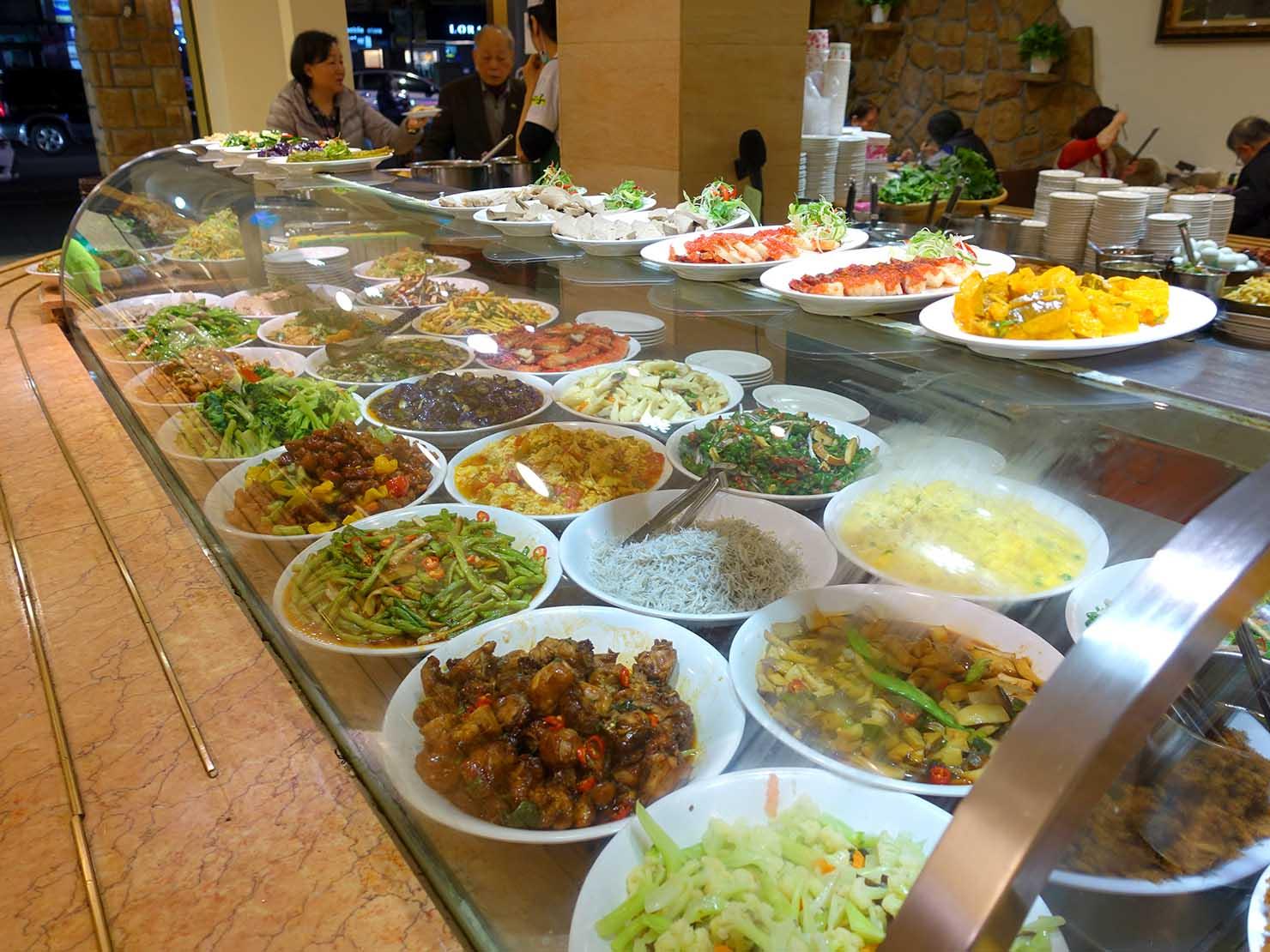 台北・清粥街(お粥街)にある「小李子清粥小菜」の料理が並ぶカウンター