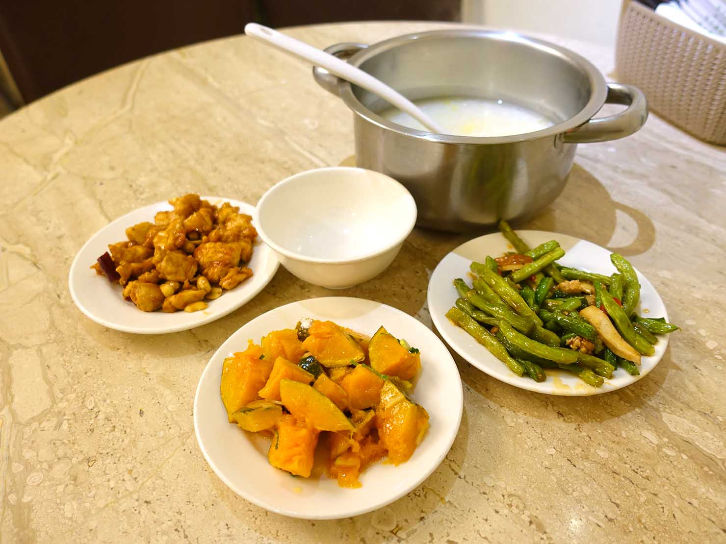 台北・清粥街(お粥街)にある「小李子清粥小菜」のお粥と料理