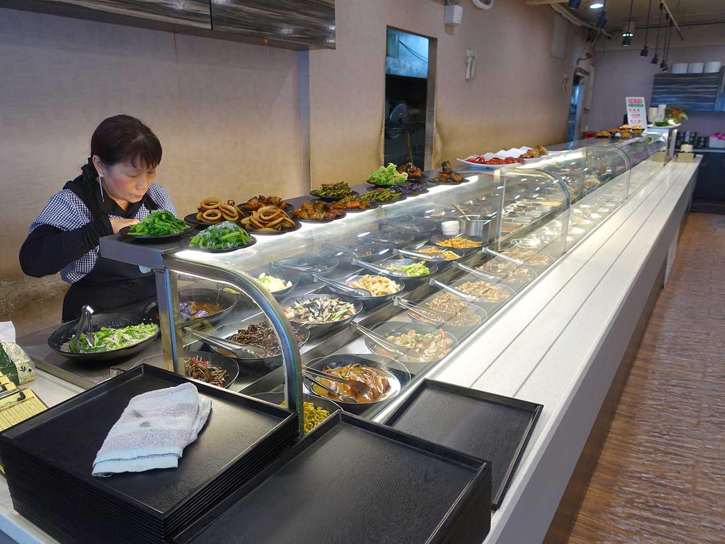 台北・清粥街(お粥街)にある「無名字清粥小菜」の料理が並ぶカウンター